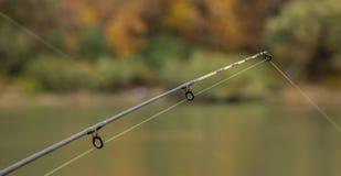 Pescando os rots que esperam a fileira foto de stock