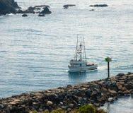 Pescando retornos da traineira ao porto de casa foto de stock royalty free