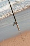 Pescando Rod in sabbia sulla spiaggia Fotografia Stock