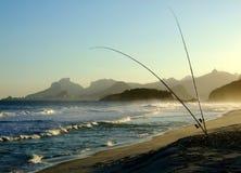 Pescando in spiaggia di Piratininga immagine stock
