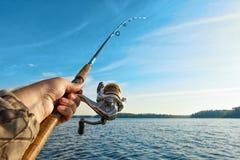 Pescando su un lago ad alba Fotografie Stock