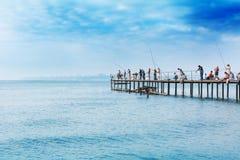 Pescando su un pilastro Immagine Stock