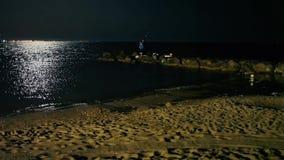 Pescando su una spiaggia di notte