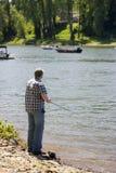 Pescando sul fiume Fotografia Stock