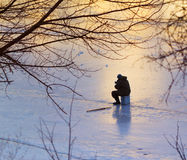 Pescando sul fiume congelato Fotografia Stock