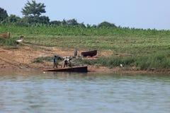 Pescando sul fiume Irrawaddy nel Myanmar immagine stock libera da diritti