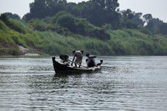Pescando sul fiume Irrawaddy nel Myanmar fotografia stock libera da diritti