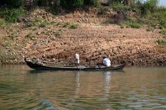 Pescando sul fiume Irrawaddy nel Myanmar immagine stock