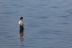 Pescando sul fiume Irrawaddy nel Myanmar immagini stock