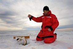 Pescando sul ghiaccio immagini stock libere da diritti