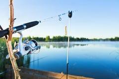 Pescando sul lago Immagini Stock