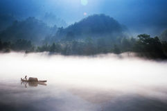 Pescando sul lago Dongjiang Immagini Stock Libere da Diritti