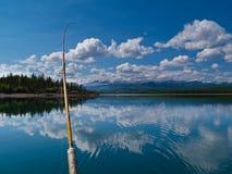 Pescando sul lago Laberge, territorio di Yukon, Canada fotografia stock