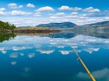 Pescando sul lago Laberge, territorio di Yukon, Canada immagine stock