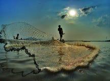 Pescando sul lago lak sul tempo di tramonto Fotografie Stock Libere da Diritti