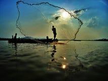 Pescando sul lago lak sul tempo di tramonto Immagini Stock Libere da Diritti