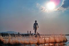 Pescando sul lago lak sul tempo di tramonto Immagine Stock Libera da Diritti
