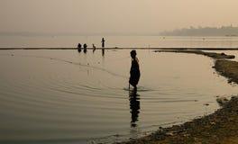 Pescando sul lago a Mandalay, il Myanmar Immagini Stock