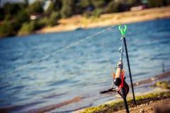 Pescando sull'alimentatore sul fiume fotografia stock libera da diritti