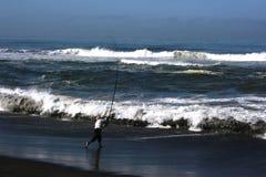 Pescando sulla spiaggia Immagini Stock