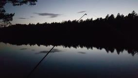 Pescando in Svezia scura, adorabile immagini stock