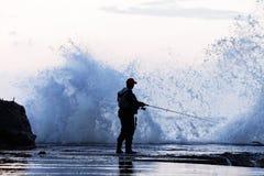 Pescando in una tempesta immagine stock libera da diritti