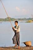 Pescando vicino al ponte di U Bein immagini stock libere da diritti