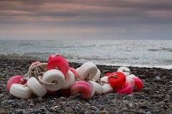 Pescar flutua na praia Fotografia de Stock