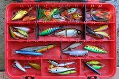 Pescar seduz na ferramenta vermelha da caixa para o esporte imagens de stock