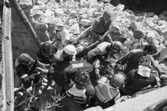 Работники в щебне после землетрясения, Pescara del Tronto, Италии Стоковое Изображение RF