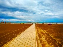 Pescara Italien, sommar 2018, stranden, i kanalen och porten av den Pescara staden, Abruzzo region arkivbild