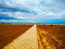 Pescara, Italien, Sommer 2018, der Strand, im Kanal und im Hafen von Pescara-Stadt, Abruzzo-Region stockfotografie