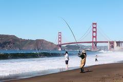 Pescatore accanto a golden gate bridge a San Francisco Fotografia Stock Libera da Diritti