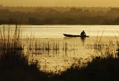 Pescatore africano in canoa Fotografie Stock Libere da Diritti