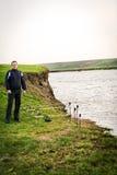 Pescatore al bordo del ribaltamento del lago fotografia stock