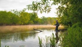 Pescatore al fiume immagini stock