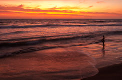 Pescatore al tramonto vicino a Playas, Ecuador Fotografie Stock Libere da Diritti