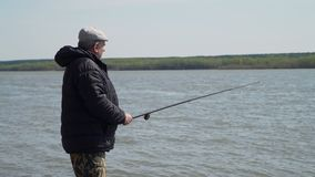 Pescatore Angling su un fiume in primavera video d archivio