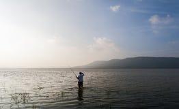 Pescatore in bacino idrico Fotografie Stock