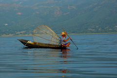 Pescatore in barca Immagine Stock Libera da Diritti