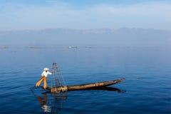 Pescatore birmano nel lago Inle, Myanmar immagine stock