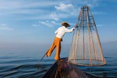 Pescatore birmano tradizionale nel lago Inle, Myanmar Fotografia Stock Libera da Diritti