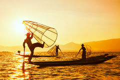 Pescatore birmano tradizionale nel lago Myanmar Inle fotografia stock