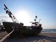 Pescatore Boat su Sandy Beach Seaside in Sun fotografie stock