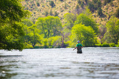 Pescatore Casting della mosca sul fiume di Deschutes Fotografia Stock Libera da Diritti