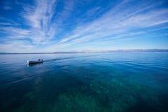 Pescatore che entra nel porto immagine stock libera da diritti