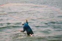 Pescatore che getta una rete in India Kerala Fotografie Stock