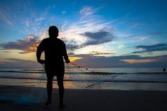 Pescatore che mette rete sulla spiaggia fotografia stock libera da diritti