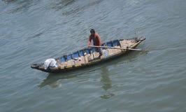 Pescatore che naviga barca tradizionale nel fiume ty di Ca, muine, vietna Fotografie Stock