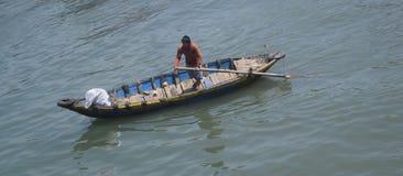Pescatore che naviga barca tradizionale nel fiume ty di Ca, muine, vietna Fotografia Stock